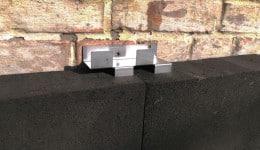 2. В Т-подібний шов плит вставляється анкер, пелюстками в торець піноскла.
